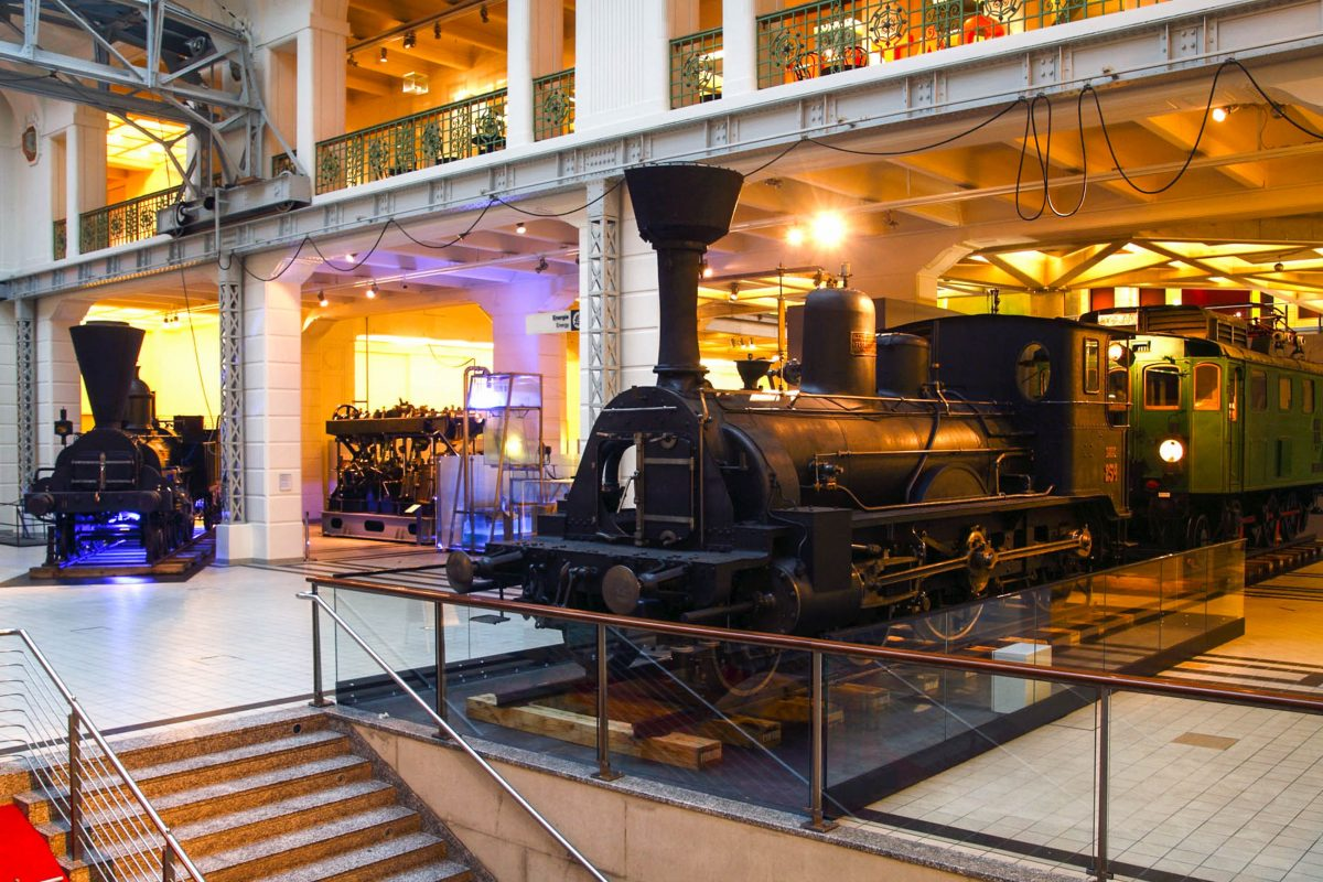 Um die eindrucksvolle Mittelhalle des Technischen Museums sind sechs der wertvollsten Schätze aus der Eisenbahnsammlung ausgestellt, Wien, Österreich - © Technisches Museum Wien