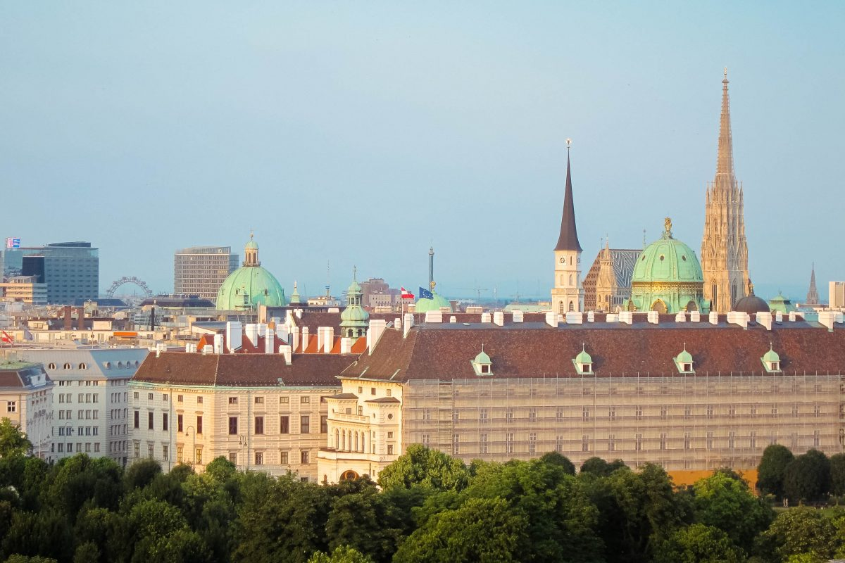 Vom Justizcafé im obersten Geschoß des Justizpalastes eröffnet sich ein überwältigender Ausblick über die Dächer von Wien entlang der Ringstraße, Österreich - © FRASHO / franks-travelbox
