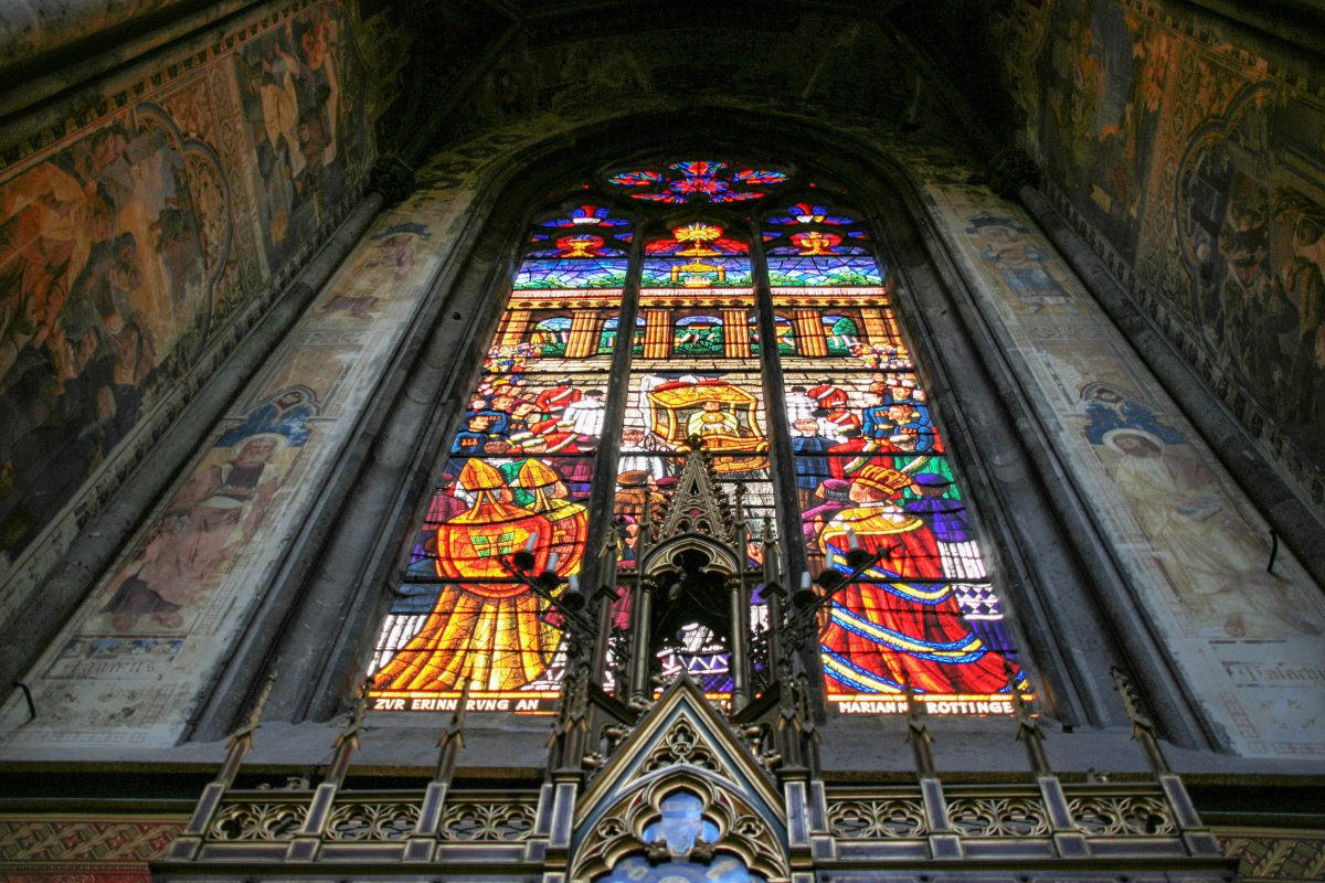 Von den insgesamt 78 Glasfenstern der Votivkirche in Wien wurden im Zweiten Weltkrieg nahezu alle zerstört, Österreich - © Tupungato / Shutterstock