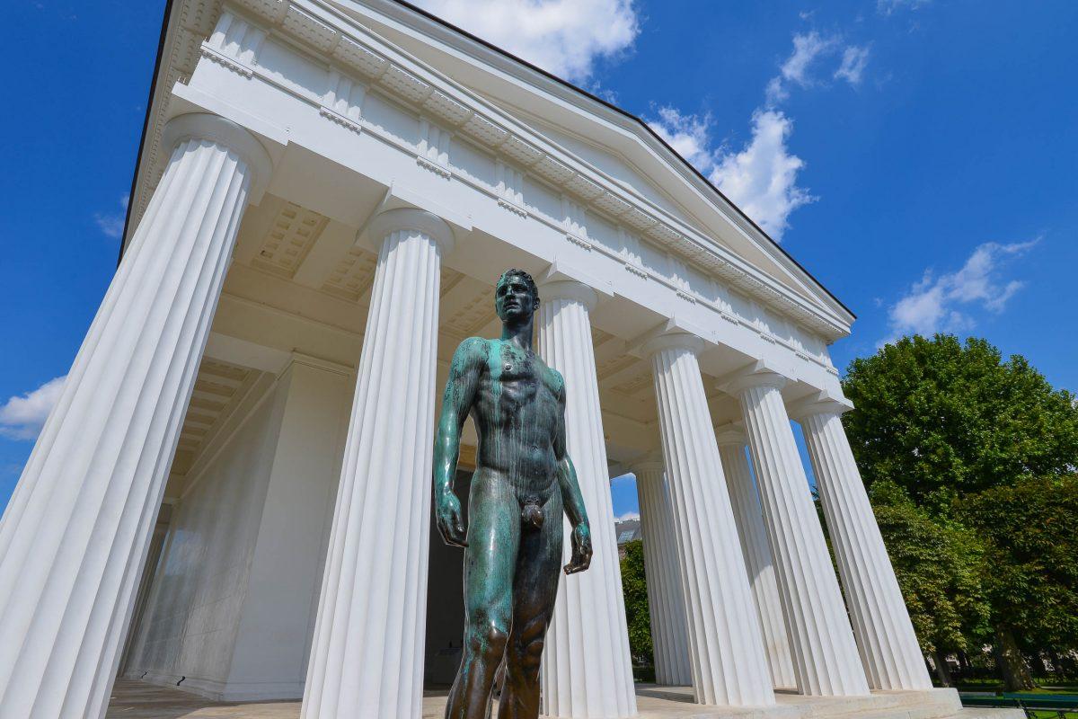 """Vor dem Theseustempel im Wiener Volksgarten befindet sich der bronzene """"Jugendliche Athlet"""" von Josef Müllner, Österreich - © FRASHO / franks-travelbox"""