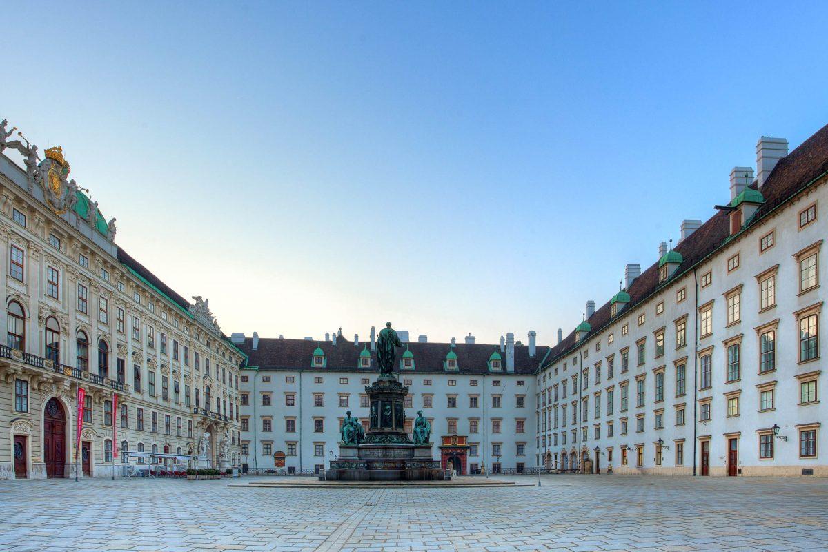 Vor der Amalienburg in der Wiener Hofburg thront zwischen Leopoldinischem Trakt und Reichskanzleitrakt das Denkmal an Kaiser Franz I., Österreich - © TTstudio / Shutterstock