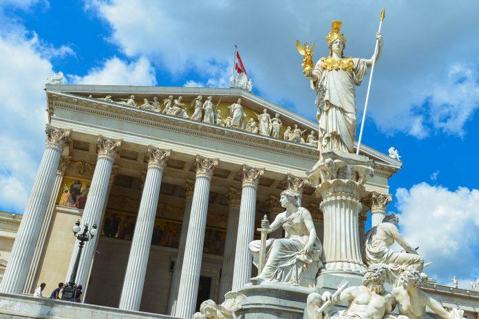 Vor der säulenbewährten Eingangshalle des Parlaments in Wien thront der Pallas-Athene-Brunnen, Österreich - © FRASHO / franks-travelbox