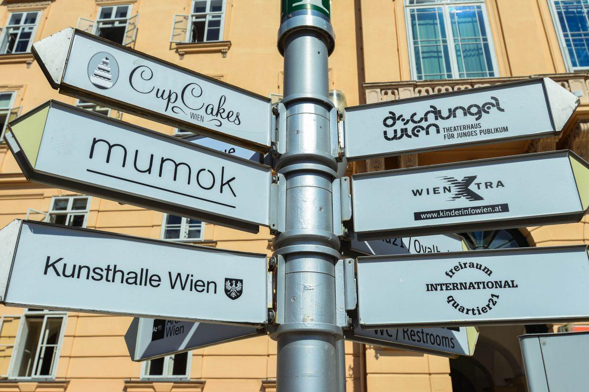 Zahlreiche Wegweiser sorgen im Museumsquartier in Wien für Orientierung der Besucher, Österreich - © FRASHO / franks-travelbox