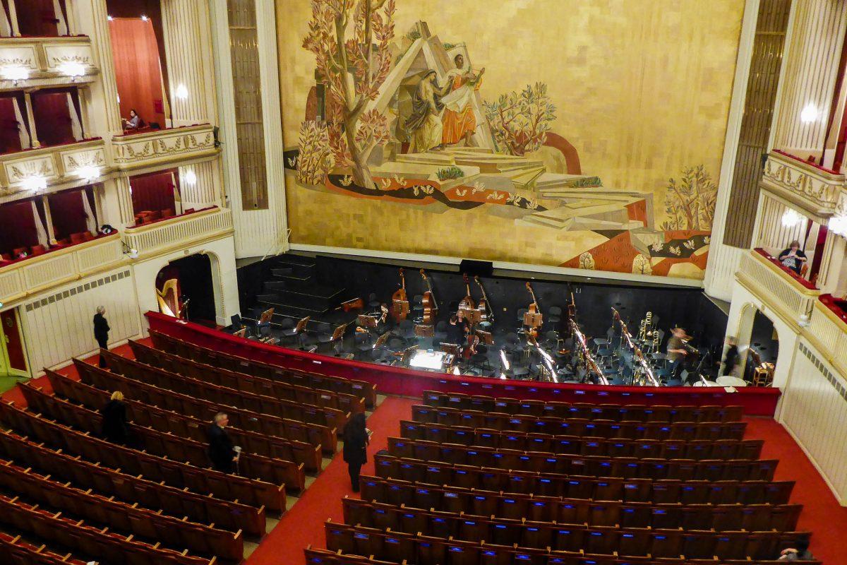 """Zwischen dem """"Eisernen Vorhang"""", einer wichtigen Brandschutzvorrichtung und dem Zuschauerraum befindet sich der Orchestergraben, Wiener Staatsoper, Österreich - © Lila Pharao / franks-travelbox"""