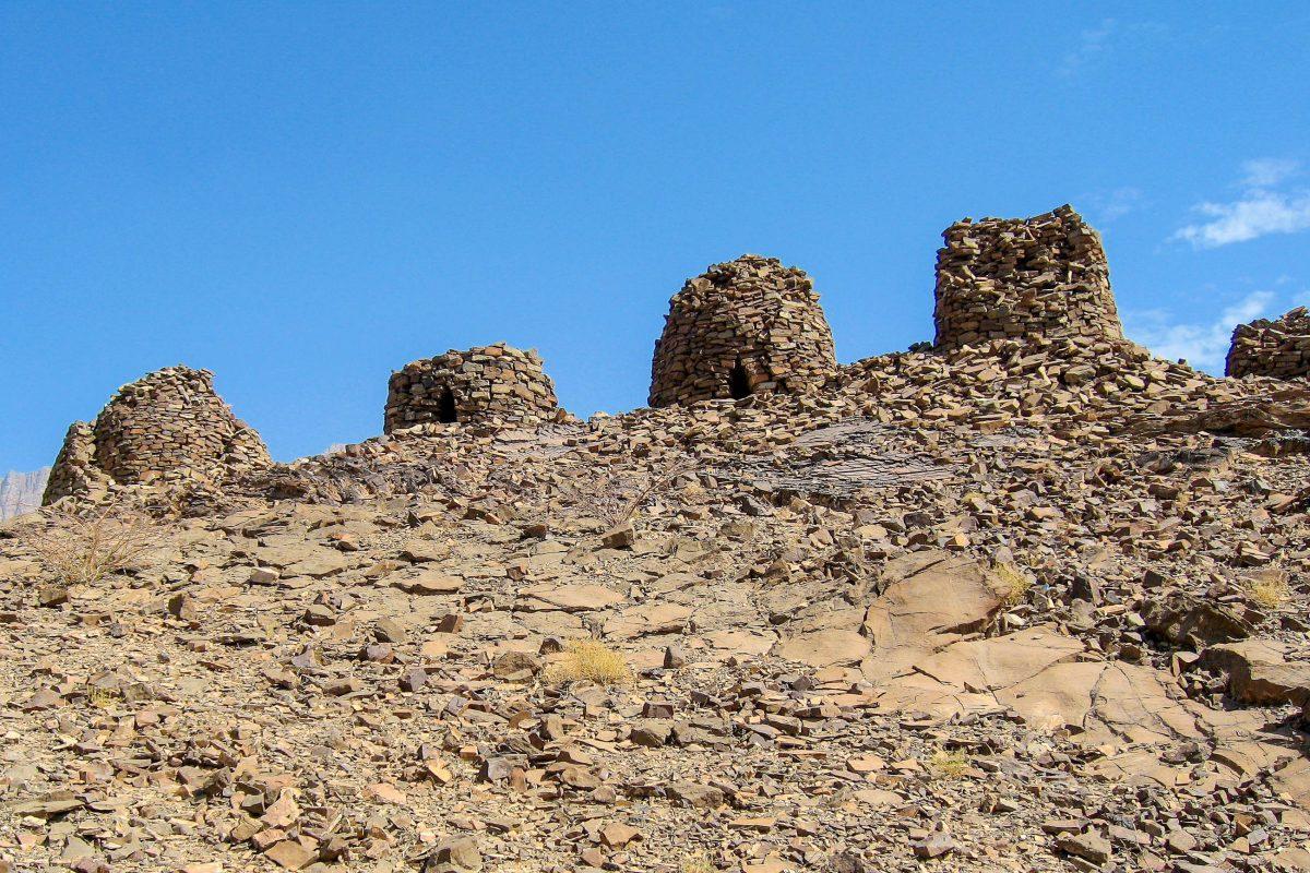 Angelegt wurden die steinernen Bienenkorbgräber immer auf einem Bergrücken, teilweise waren sie bis zu 8 Meter hoch, Al Ayn, Oman - © FRASHO, franks-travelbox