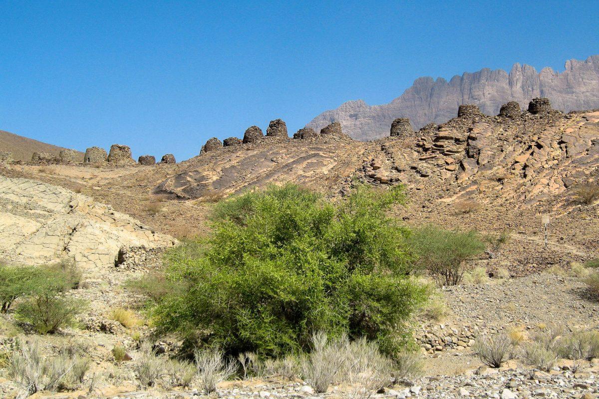 Der Aufstieg zu den Bienenkorbgräbern ist leicht und lohnt sich unbedingt. Wasser nicht vergessen, es gibt kaum Schatten, Al Ayn, Oman - © FRASHO, franks-travelbox