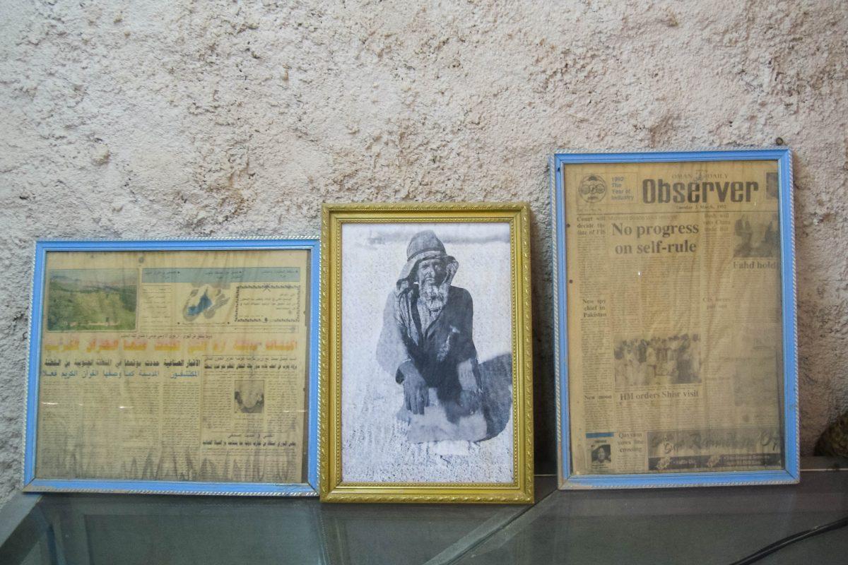 Am Eingang zur Ruinenstätte in Shisr gibt es einen Raum, der als Mini-Museum dient und einige alte Zeitungsauschnitte und Fotografien zeigt, Oman - © FRASHO / franks-travelbox