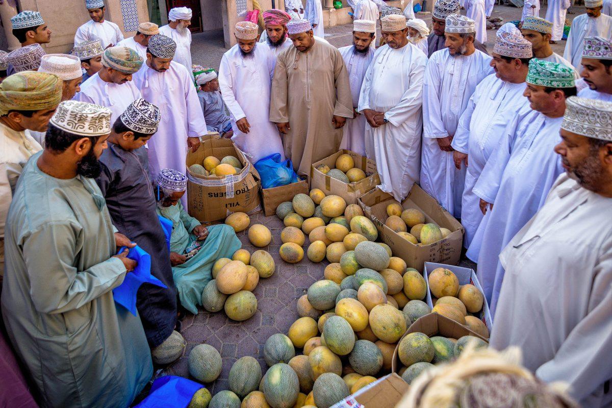 Am Gemüsemarkt von Nizwa feilschen die Omanis um die Preise, Oman - © clicksahead / Shutterstock