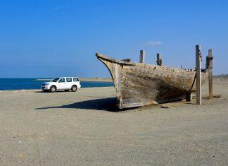 An der einsamen Westküste der Insel Masirah mit einem traditionellen Dhau passt ein moderner Geländewagen so gar nicht ins Bild, Oman - © FRASHO / franks-travelbox