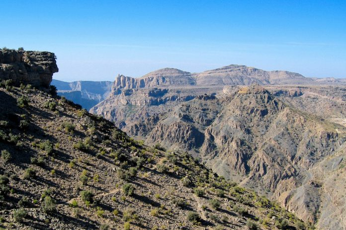 Auf 2.000 Metern Höhe gelegen kommt man sich am Saiq Plateau vor wie auf dem Dach der Welt, Oman - © FRASHO / franks-travelbox