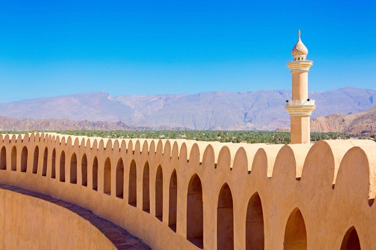 Auf der Mauer, die das Fort von Nizwa umgibt, patrouillierten einst 120 Wächter, Oman - © Ivan Pavlov / Shutterstock
