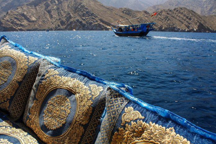 Auf der omanischen Halbinsel Musandam sind traditionelle Fischerboote für Touristenfahrten mit Gemütlichkeit ausgestattet - © Fotonium / Shutterstock