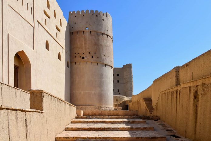 Die imposante Festung Hisn Tamah in der Stadt Bahla im Norden des Oman zählt als einzige omanische Festung zum UNESCO-Weltkulturerbe - © FRASHO / franks-travelbox