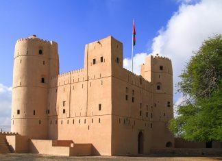 Der Respekt einflößende Bait Na'aman im Norden des Oman ist eigentlich keine Festung, sondern ein äußerst behaglich eingerichteter Wohnturm, der heute als Museum fungiert - © Rudolf Tepfenhart/Shutterstock