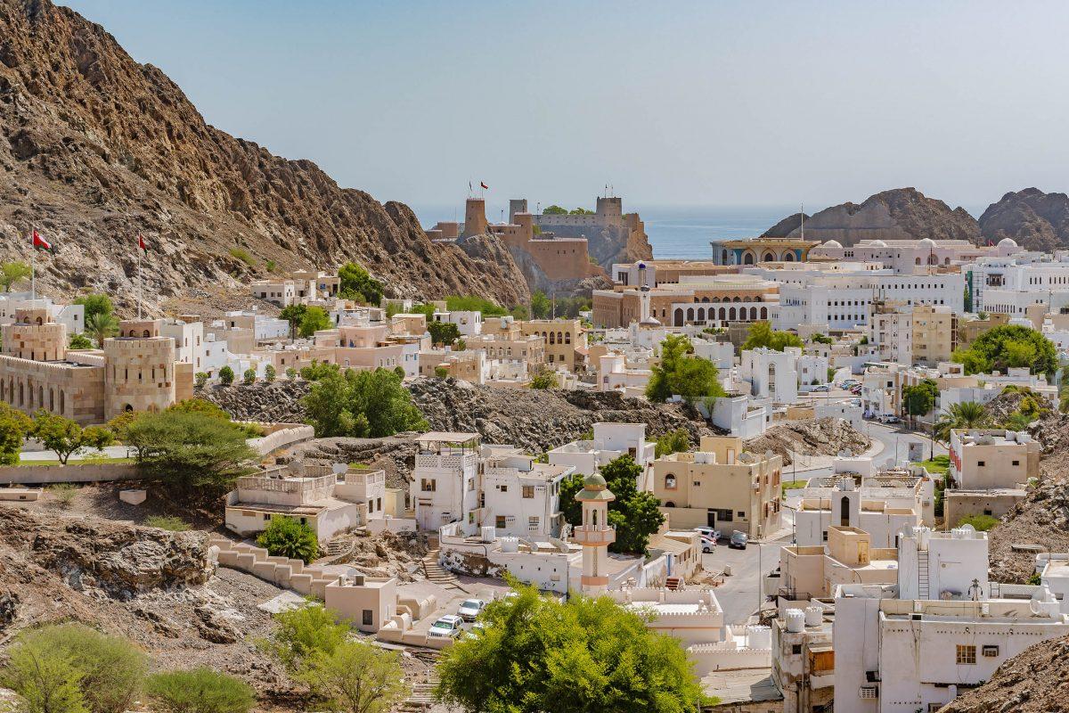 Blick über die Altstadt von Muscat mit den beiden Festungen Mirani und Jalali, die den Hafen bewachen, Oman - © JPRichard / Shutterstock