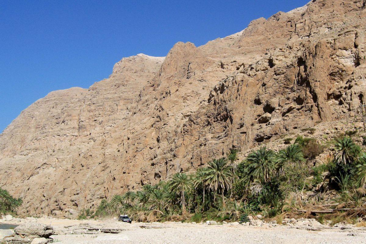 Ca. 10 Kilometer können Geländewagen in das Wadi Tiwi hineinfahren, bei hohem Wasserstand kann auf der Piste auch schon früher Endstation sein, Oman - © FRASHO / franks-travelbox