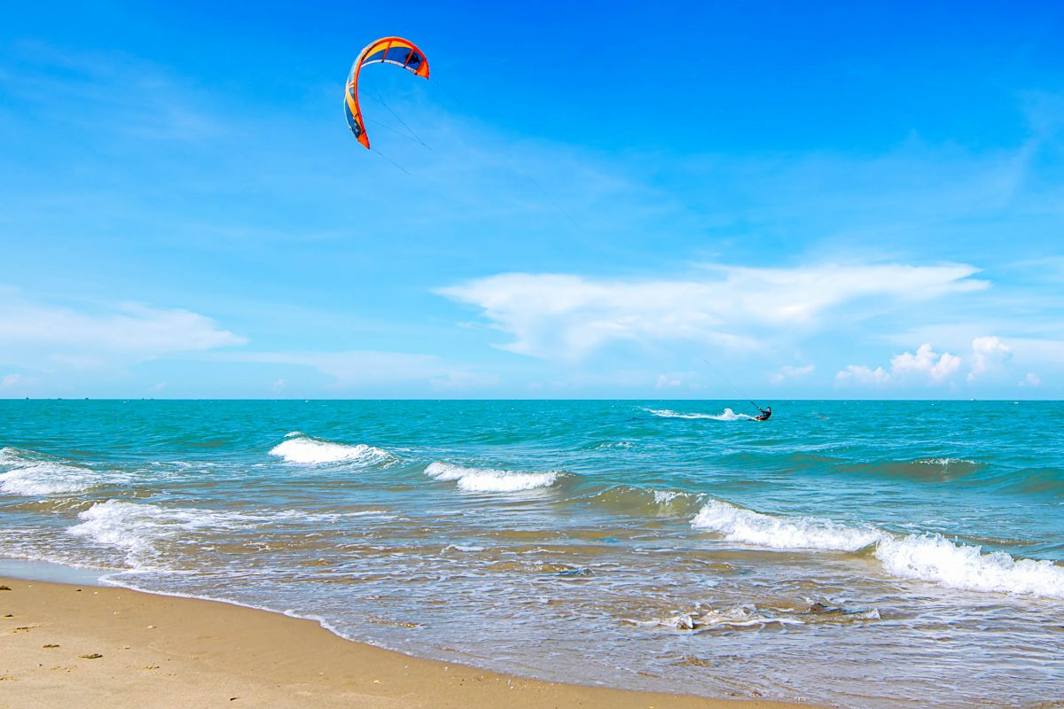 Das Eldorado für Kite-Surfer im Oman ist die Insel Masirah vor der Ostküste des Landes - © PondPond / Shutterstock