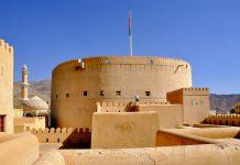 Der riesige, 30m hohe Rundturm des Nizwa Forts ist der größte Turm des Oman - © Claudiovidri / Shutterstock