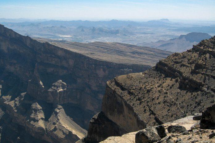 """Der sogenannte """"Grand Canyon des Oman"""" ist in Wahrheit die bis zu 1.000m tiefe Wadi Nakhar Schlucht mit grandiosesten Ausblicken - © FRASHO, franks-travelbox"""