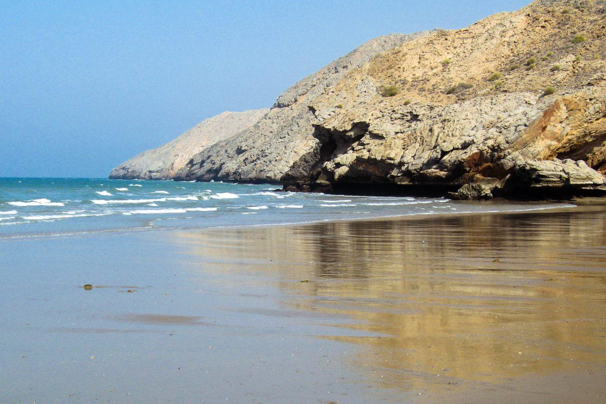 Der Strand beim abgelegenen Küstenstädtchen Yiti-Beach im Norden des Oman eignet sich hervorragend zum Baden - © FRASHO / franks-travelbox