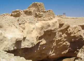 Die archäologische Stätte des verlorenen Ubar ist leider wenig eindrucksvoll. Bis auf einige Steinhaufen im Wüstensand und einen gewaltigen Spalt im Boden gibt es wenig zu sehen, Oman - © FRASHO / franks-travelbox