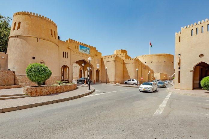 Die beeindruckende Festung von Nizwa im nördlichen Oman zählt zu den meistbesuchten Sehenswürdigkeiten des Oman - © JPRichard / Shutterstock