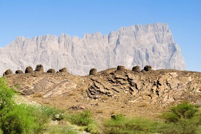 Die Bienenkorbgräber von Al Ayn vor dem Berg Jebel Misht, Oman - © FRASHO, franks-travelbox