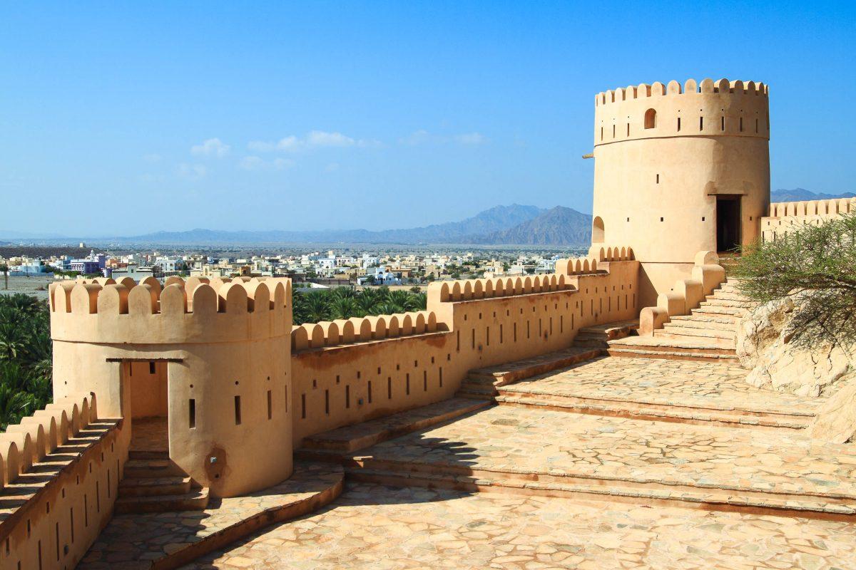 Die eindrucksvolle Festung von Nakhl wurde mehrmals umgebaut und präsentiert sich heute mit sechs eindrucksvollen Wehrtürmen, einer 30m hohen Mauer und einem massiven Tor, Oman - © Rudolf Tepfenhart / Shutterstock