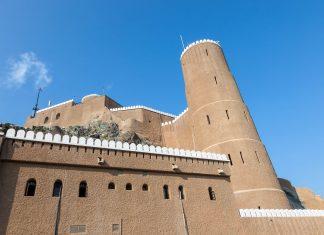 Die einst turmförmige Festung Mirani wurde im 16. Jahrhundert errichtet und thront heute im Westen der Bucht von Muscat, Oman - © Philip Lange / Shutterstock