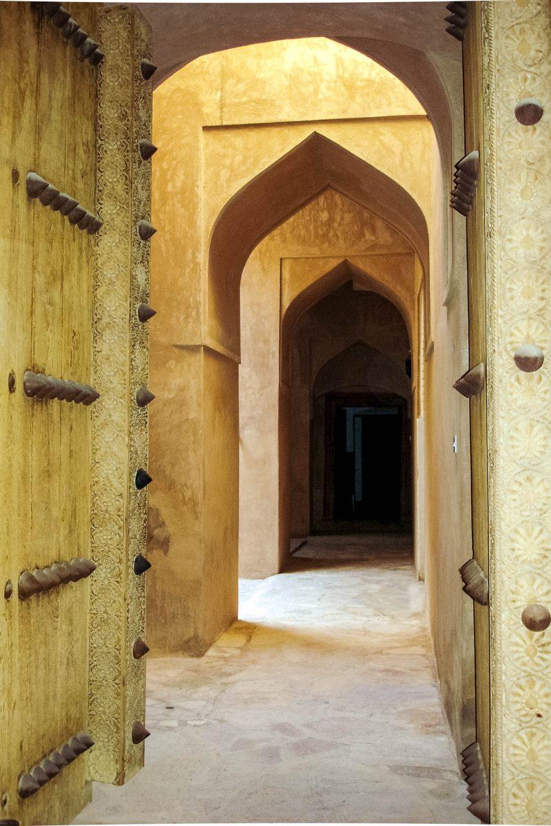 Die engen Gassen der Festung von Al-Hazm dienten dazu, möglichen Angreifern die Orientierung zu nehmen, Oman - © ChameleonsEye / Shutterstock