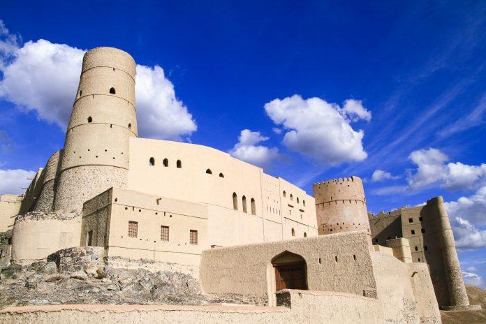 Die gewaltige Hisn Tamah in Bahla ist eine der schönsten und eindrucksvollsten historischen Festungsanlagen des Oman - © Rudolf Tepfenhart / Shutterstock