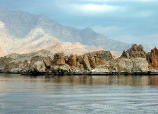 """Die Halbinsel Musandam mit ihren atemberaubenden, fjordähnlichen Buchten wird auch """"Norwegen Arabiens"""" genannt, Oman - © Turki Al-Qusaimi / Shutterstock"""