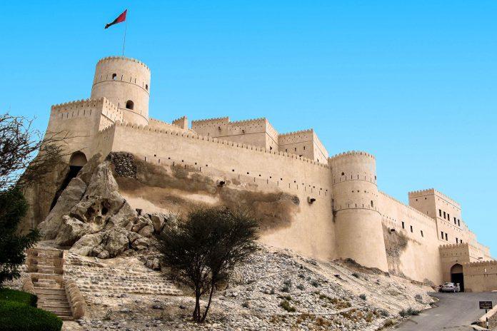 Die imposante Festung von Nakhl im Oman ragt oberhalb des Ortes auf einem sechzig Meter hohen Felsen empor - © ChameleonsEye / Shutterstock