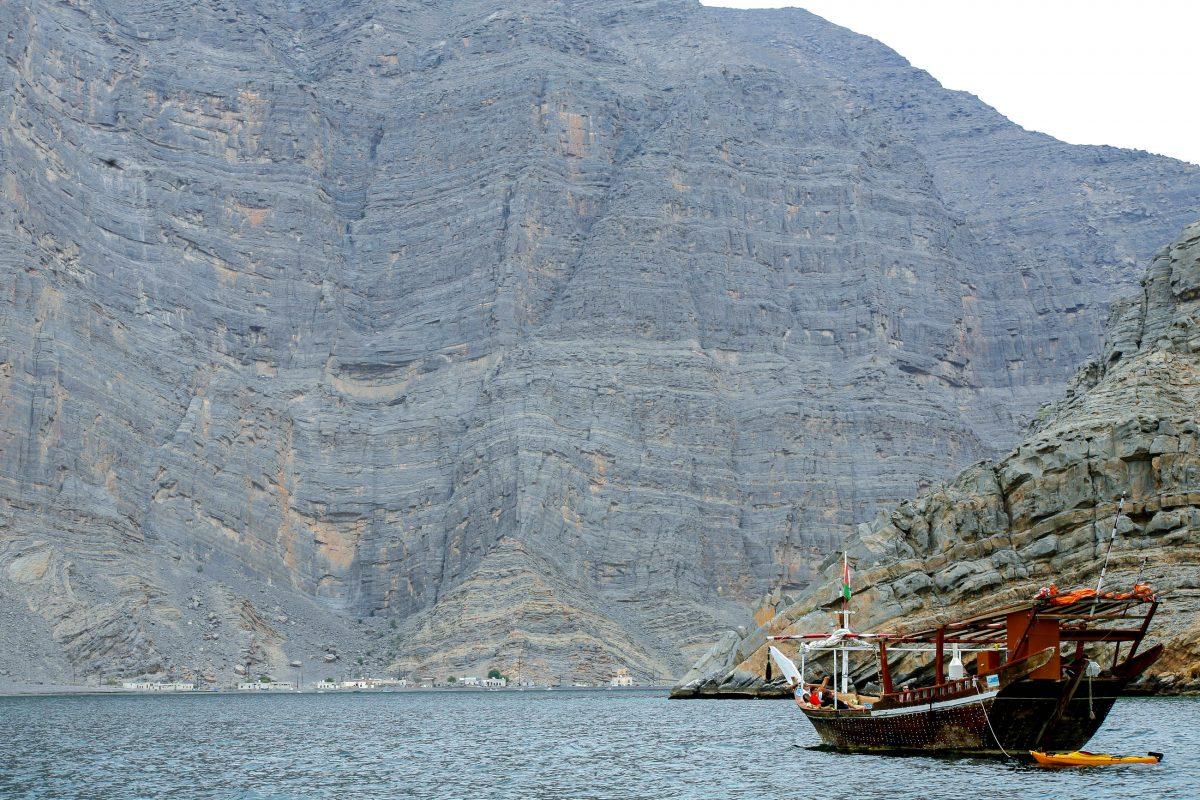 Die Klippen im Norden der Halbinsel Musandam streben bis zu 900 Metern hoch aus dem Meer, Oman - © Joseph Calev / Shutterstock