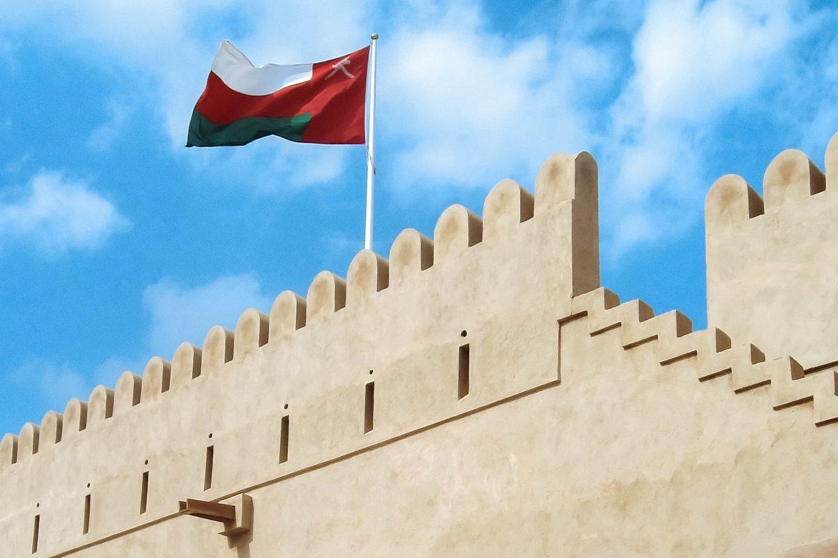 Die mächtige Festung in der kleinen Oase Al-Hazm ist perfekt renoviert und eines der schönsten Beispiele einer omanischen Befestigungsanlage, Oman - © ChameleonsEye / Shutterstock