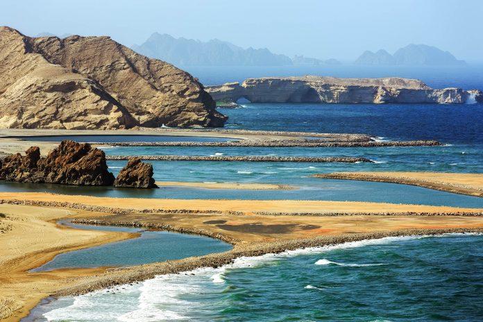 Die malerische Bucht von Yiti-Beach reicht weit ins Landesinnere und besteht zu einem Großteil aus feinem, hellem Sand, Oman - © Ivan Pavlov / Shutterstock
