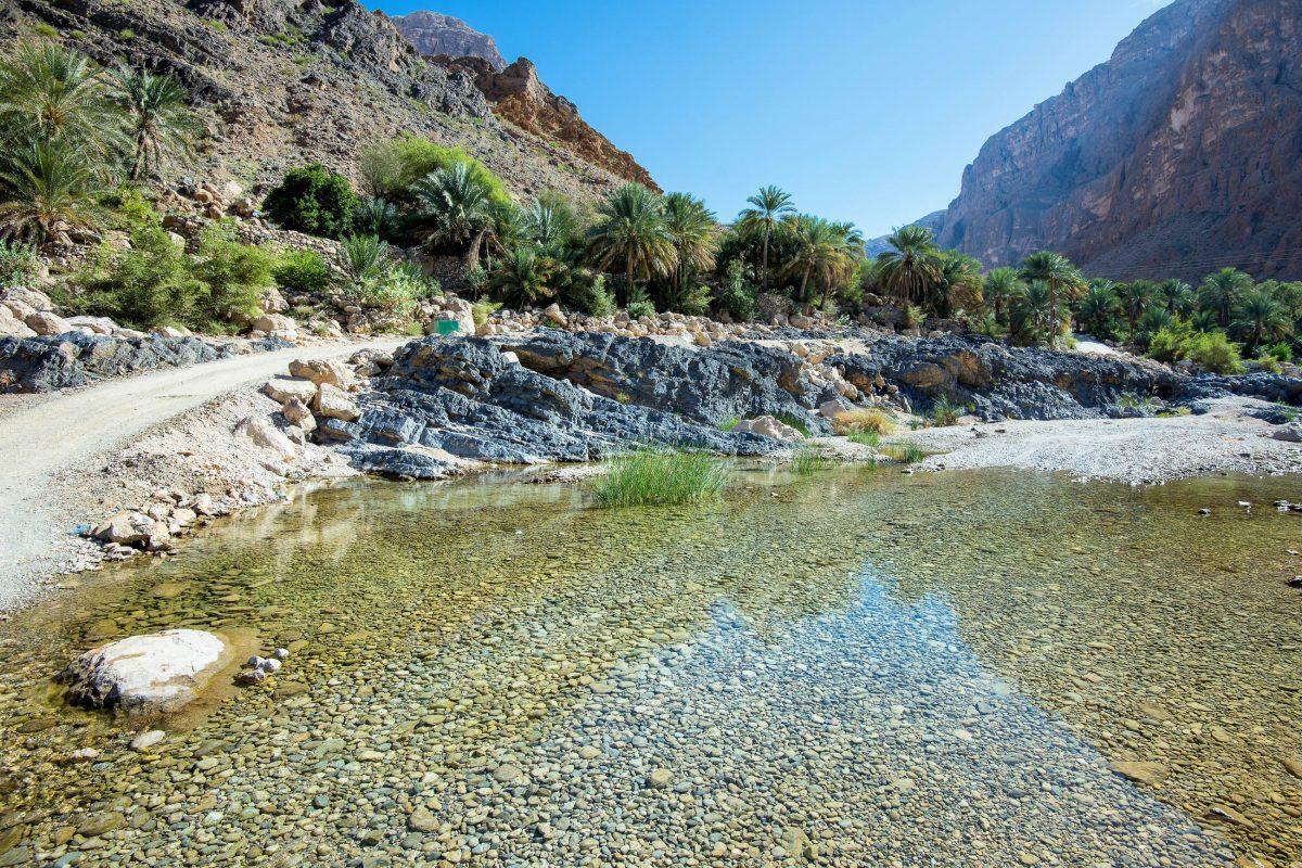 Die Pisten in und zum Wadi Wadi Suwayh können nur mit Allrad-Fahrzeugen befahren werden, nach Regenfällen müssen immer wieder Furten überwunden werden, Oman - © FRASHO / franks-travelbox