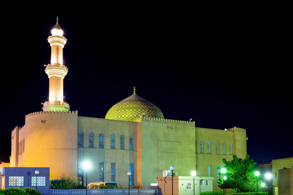 Die Sultan-Qaboos-Moschee von Nizwa überstrahlt in der Nacht das Zentrum der Altstadt, Oman - © / Shutterstock