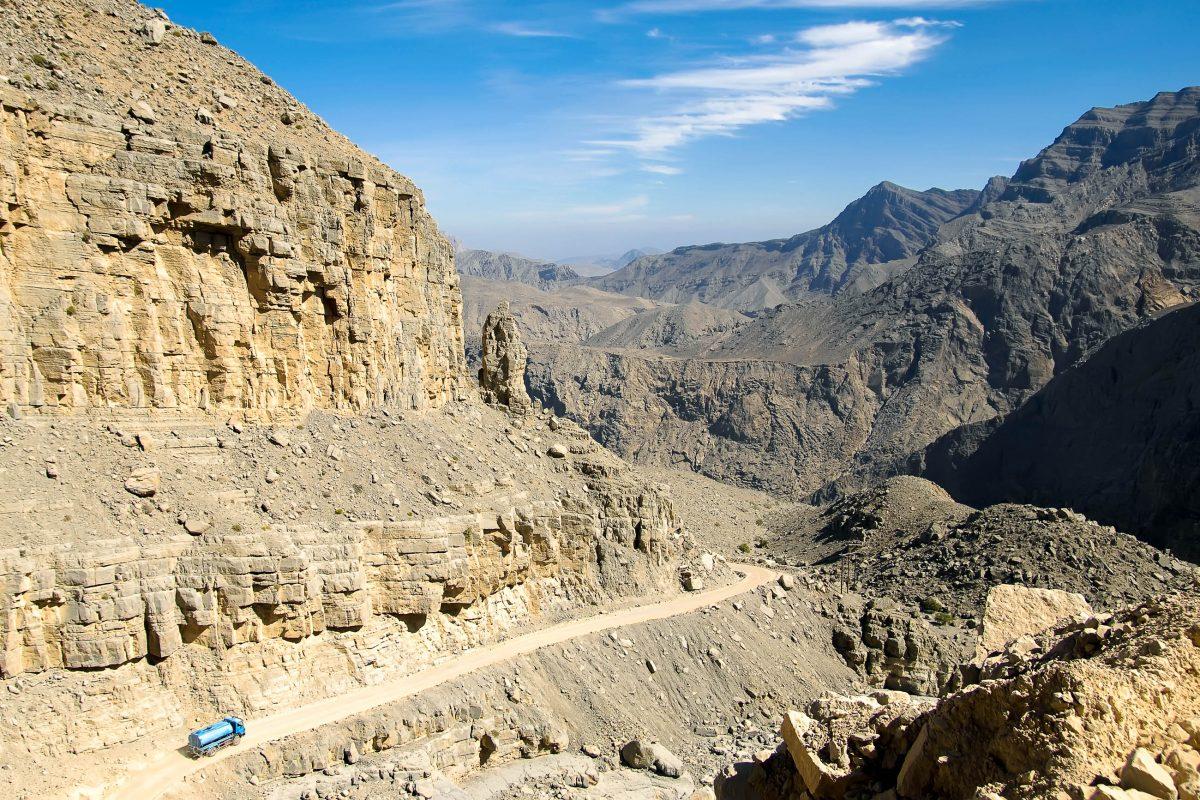Durch die zerklüftete Bergwelt von Musandam im Norden der arabischen Halbinsel führen nur wenige Pisten, die jedoch alle eine besondere Faszination aufweisen, Oman - © Patrik Dietrich / Shutterstock