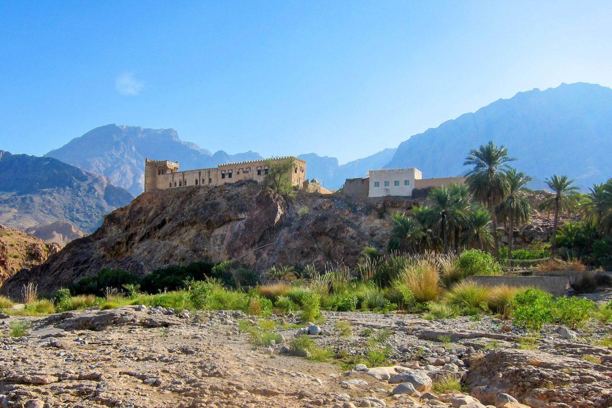 Durch idyllische Palmengärten erreicht man das malerisch gelegene Fort Al-Mazara, welches inmitten von Palmen auf einer Anhöhe über dem Wasser thront, Oman - © FRASHO / franks-travelbox