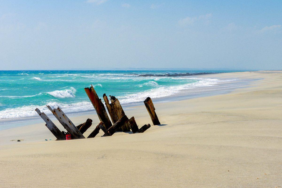 Ein bizarres Kunstwerk am Strand der Insel Masirah vor einer atemberaubenden Kulisse, Oman - © FRASHO / franks-travelbox