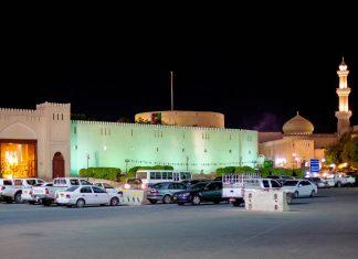 Ein gewaltiges Tor führt in das bunte Treiben der Altstadt von Nizwa, Oman - © Philip Lange / Shutterstock