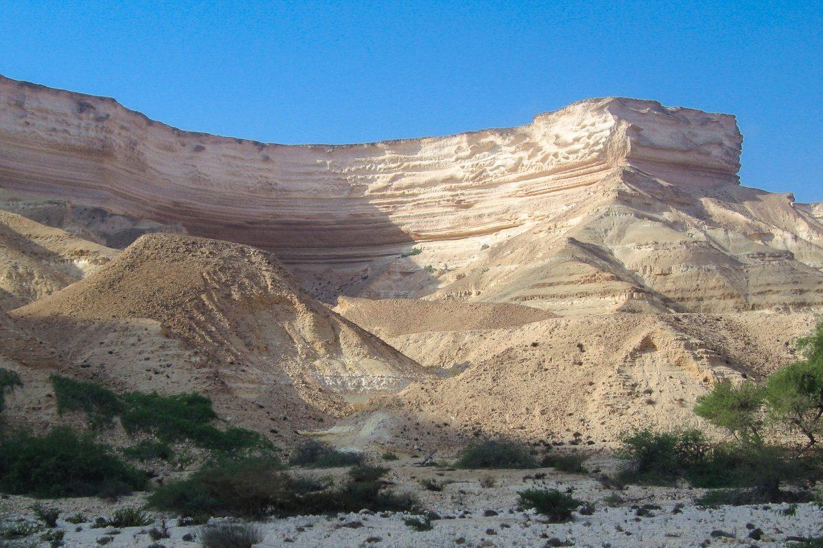 Für Fotografen ist der beste Zeitpunkt der Vormittag um das Wadi Shuwaymiyah zu besuchen. Die Sonne steht noch nicht so hoch und die bizarren Formen und Farben des Wadi kommen perfekt zur Geltung, Oman - © FRASHO / franks-travelbox