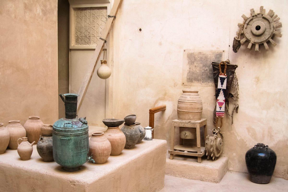 Hausrat im Innenhof des Schlosses Jabrin, Oman - © FRASHO / franks-travelbox