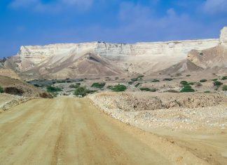In das Wadi Shuwaymiyah führt eine Piste, anfangs noch sehr breit, wird diese immer schlechter je weiter man in das Wadi hinein fährt, Oman - © FRASHO / franks-travelbox