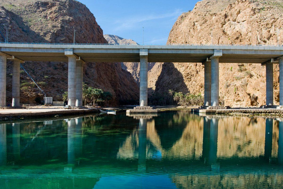 In der idyllischen Umgebung des paradiesischen Wadi Tiwi ist die moderne Autobahnbrücke ein regelrechter Schock, Oman - © Byelikova Oksana / Shutterstock