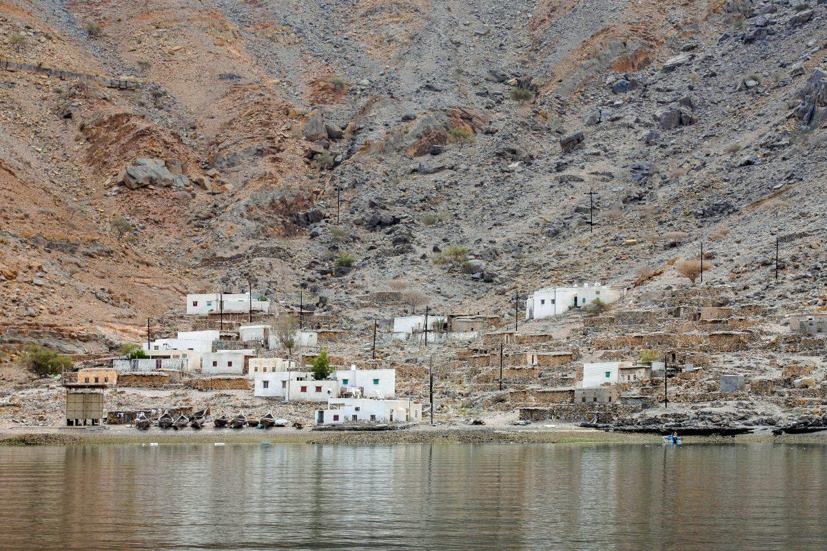 Innerhalb von Khor Sham, dem längsten Fjord der Halbinsel Musandam, schmiegen sich kleine Dörfer an den kargen Fels, Oman - © Joseph Calev / Shutterstock