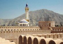 Blick über die Festung Alkmazrh und die Moschee der Stadt Khasab auf der omanischen Exklave Musandam - © Joaoleitao CC BY-SA3.0/W