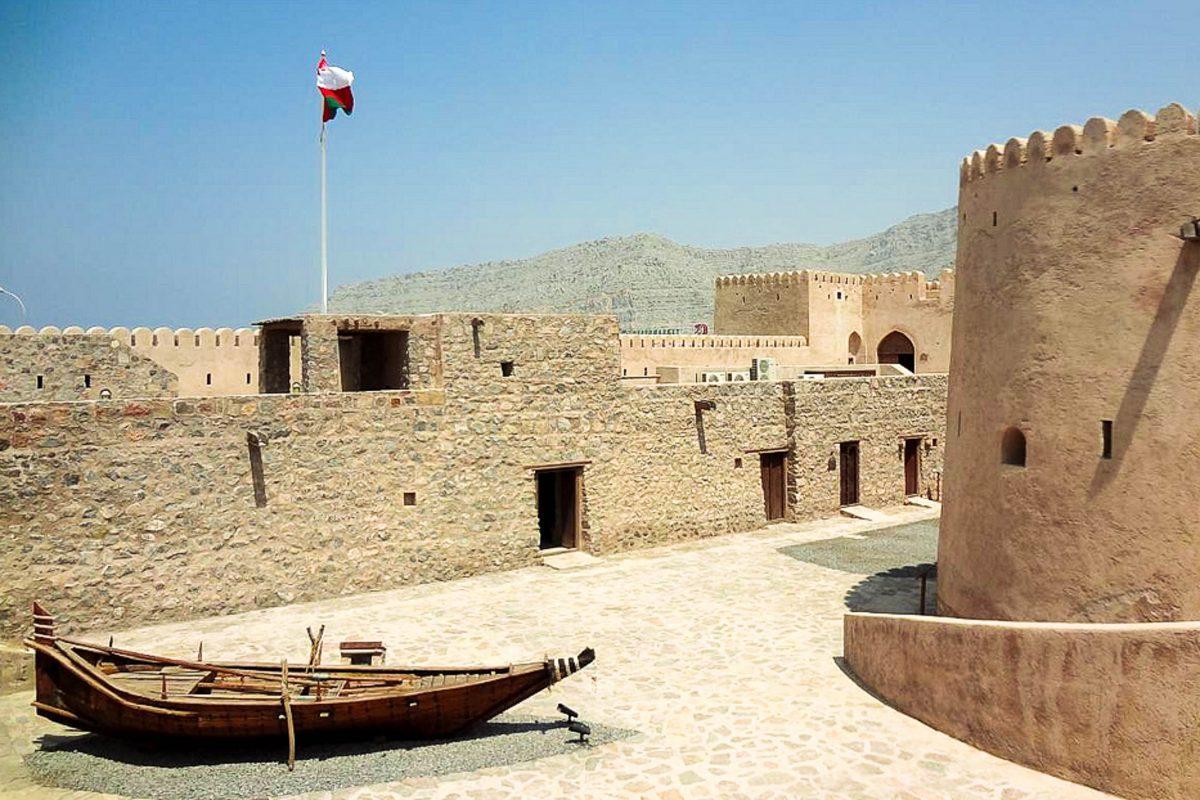 Die Burg von Khasab auf der omanischen Exklave Musandam war im 17. Jahrhundert von Portugiesen bemannt und beherbergt heute ein sehenswertes Museum - © Joaoleitao CC BY-SA3.0/W