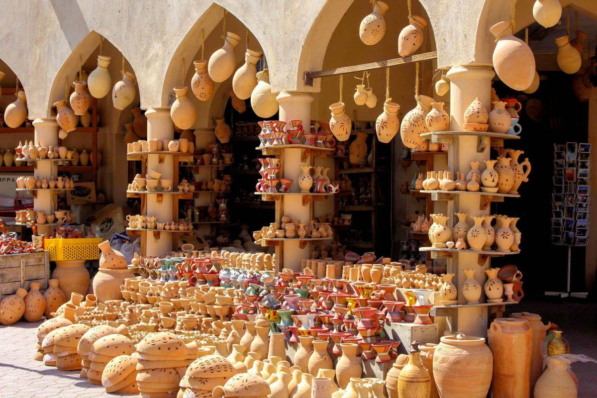 Kunstvolle Töpferwaren und Gewürze verbreiten am Ost Suoq von Nizwa das für den Oman typische Flair - © Greta Gabaglio / Shutterstock